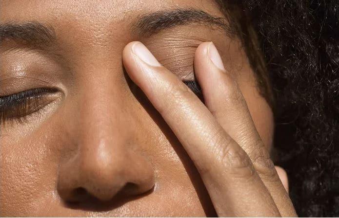 disturbo d'ansia generalizzato: una donna in crisi si tocca il viso