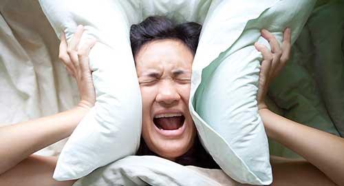 attacchi di panico notturni sono un vero problema, nell'immagine una donna che cerca di combattere la paura